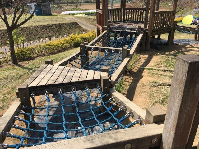 千葉県成田市坂田ヶ池総合公園の遊具の様子、ネットもある